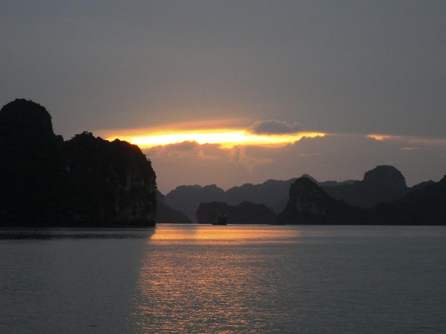 ha-long-bay-vietnam-sunset